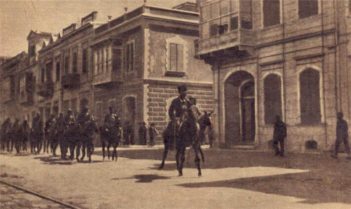 9 EYLÜL — İzmir'i düşman işgalinden kurtaran şanlı Türk askerleri şehre giriyor.