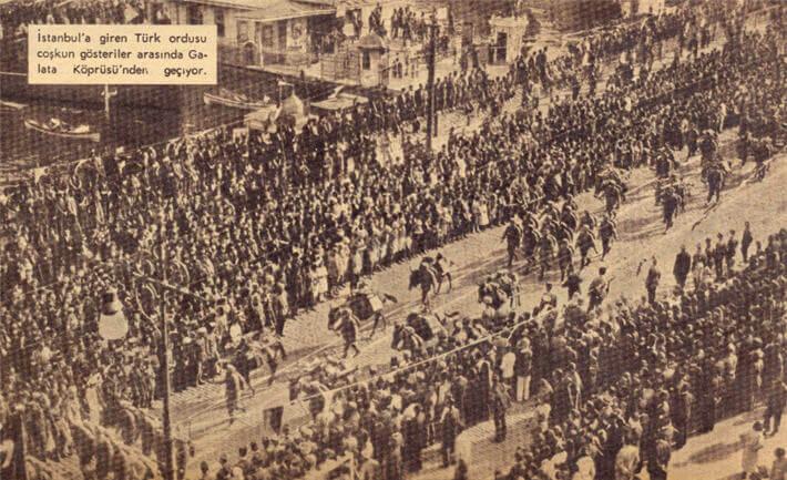 Türk ordusu Galata Köprüsünde İstanbul'a giriyor.