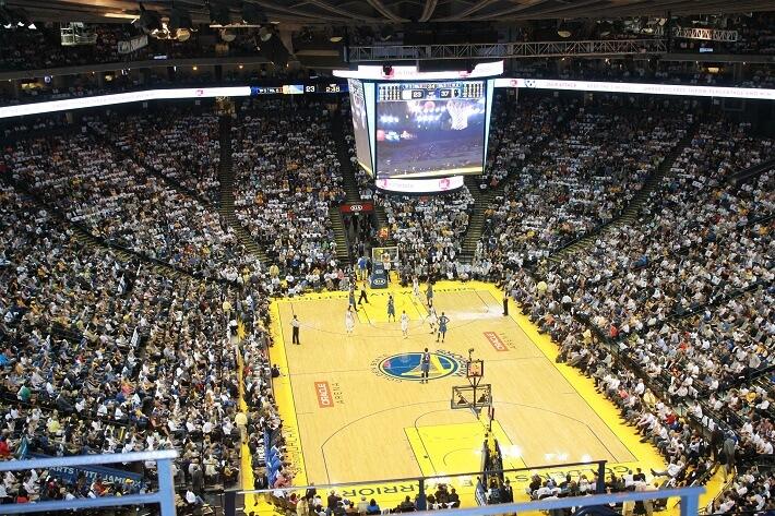 Basketbol özellikle Amerika'da çok sevilmektedir. Resimde sıradan bir NBA maçında tribünlerin doluluğu gösterilmiştir.