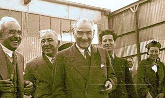 Atatürk Gülüyor