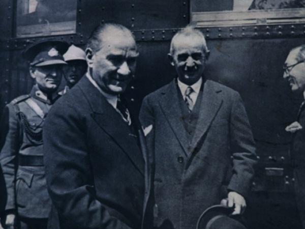 Atatürk gülerken