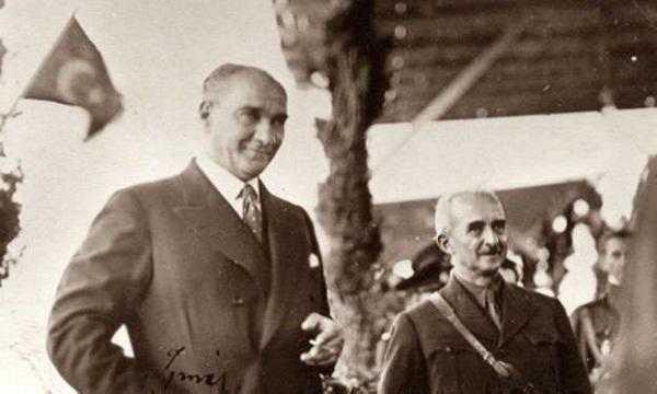 Atatürk tebessüm ederken