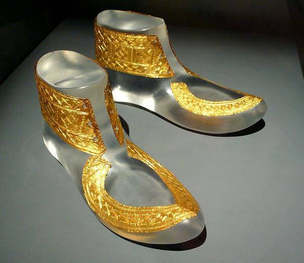 Almanya'da bir müzede sergilenen Demir Çağına tarihlenen altın ayakkabı. (M.Ö. 530)