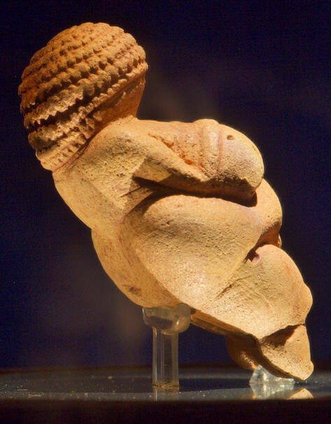 Willendorf Venüsü 13,5 santim büyüklüğünde bir biblodur ve Taş Çağından kalmadır.