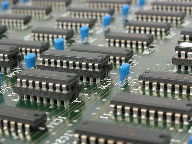 Entegre elemanların yer aldığı bir elektronik devre