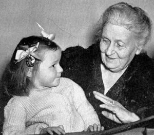 Maria Montessori bir çocuk ile beraber