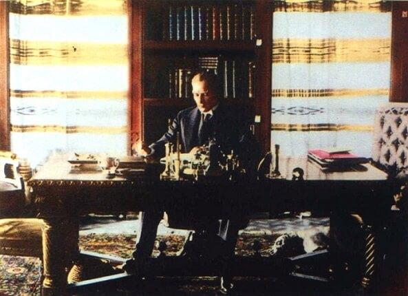 Ulu Önder Gazi Mustafa Kemal Atatürk Çankaya Köşkünün Kütüphanesinde (16 Temmuz 1929)