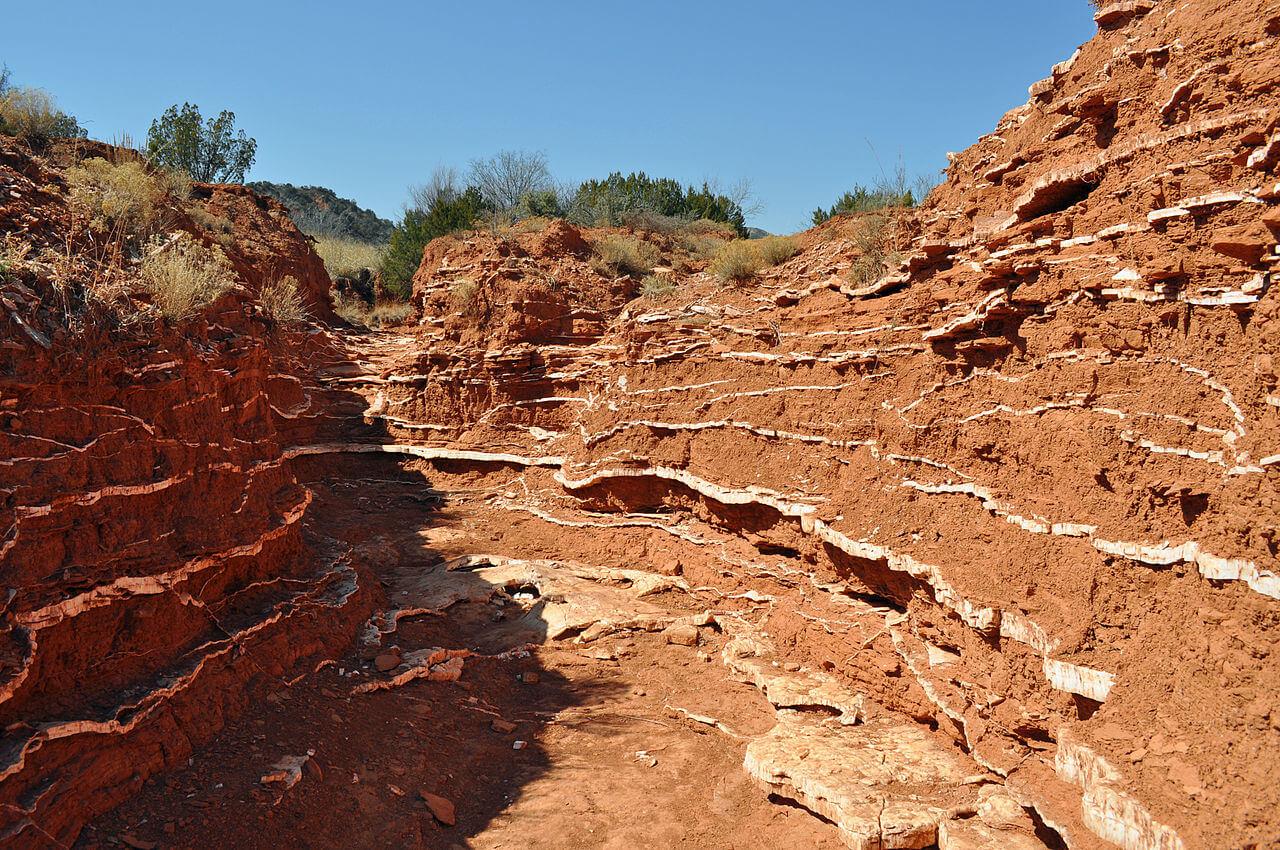 Teksas'da yer alan Caprock Canyons Eyalet Parkı ve Trailway'deki alçı taşı damarları
