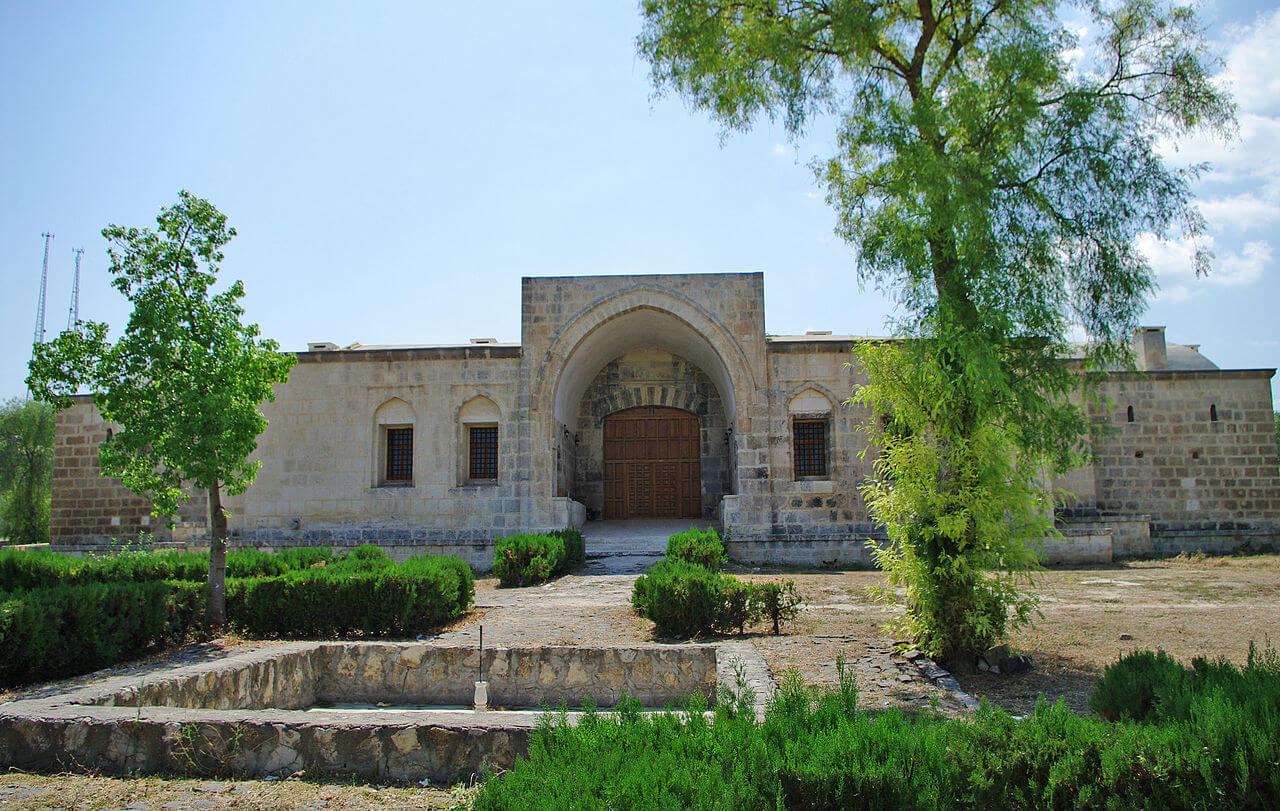 Osmanlı devrinde 1659'da inşa edilen Kurtkulağı Kervansarayı'ndan bir görünüm. Kurtkulağı, Ceyhan, Adana - Türkiye