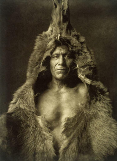 Ayı Postu İle Görüntülenmiş Br Arikara Yerlisi - Edward S. Curtis, 1908