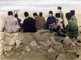 Atatürk, arkadaşları ile, batarya dürbünü başında, kolordunun Polatlı'nın kuzeydoğusundaki Kartal Dağı taarruzunu idare ediyor.