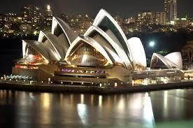 Sydney Opera Binası 67 metreye kadar yükselen kavisli beton çatı kemerlerinden yapılmıştır.