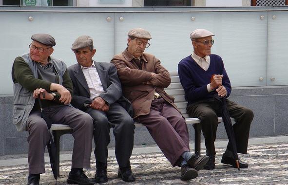 Bir grup Portekizli emekli dinleniyor...