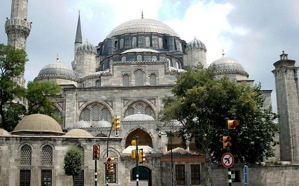 1458'de Fatih Sultan Mehmet zamanında yapılan caminin iki minaresi de kısa olduğundan mahya kurmaya elverişli değildi. 1721'de minareler ikişer şerefeli ve eskisinden daha uzun olarak yeniden yapıldı.