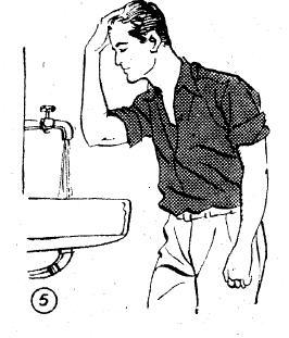 Islatılan sağ elin içiyle alından arka tarafa doğru sıvazlanarak baş meshedilir.
