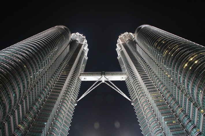 Petronas Kuleleri modern mimarinin güzel bir örneğidir.