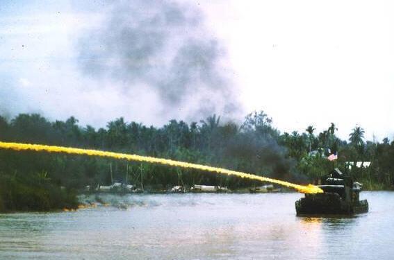 Vietnam Savaşında Napalm Bombası gönderen bir Amerikan hücumbotu