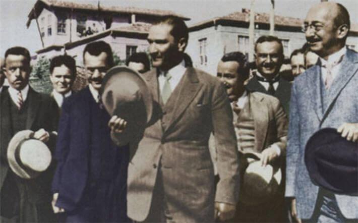 Atatürk Kastamonu'da Şapka ile halkın arasında...