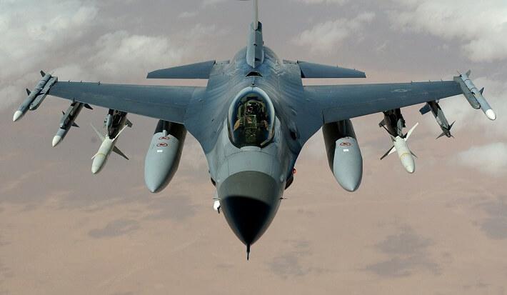 Bir F-16 Savaş Uçağı yakından görünümü