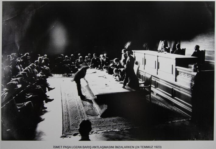 Lozan Barış Antlaşmasını İsmet Paşa imzalarken çekilmiş meşhur fotoğraf