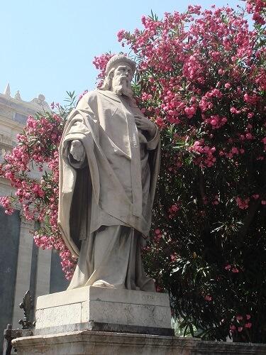 Katanya, Sicilya'daki Athanasius heykeli