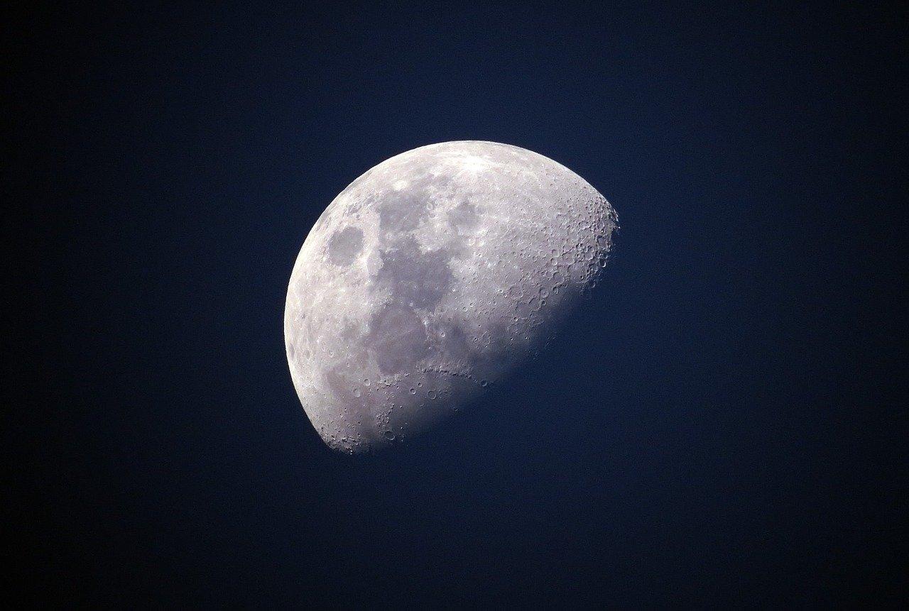 Ay Nasıl Oluşmuştur? Kökeni ve Ay'ın Harketleri, Özellikleri Nelerdir?
