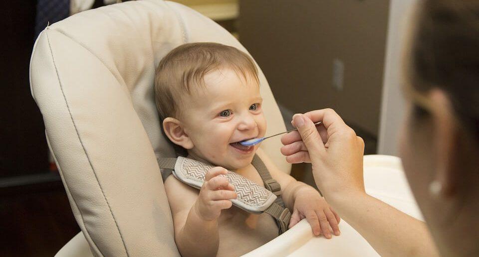 bebek yemek yiyor