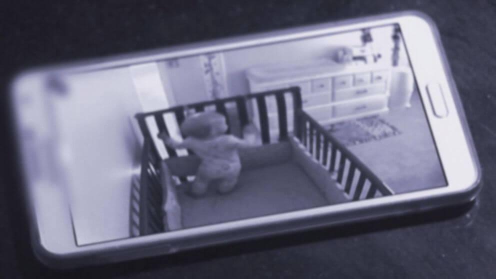 Köpeğin Her Gece Bebeğin Odasına Neden Gittiğini Öğrenmek İsteyen...