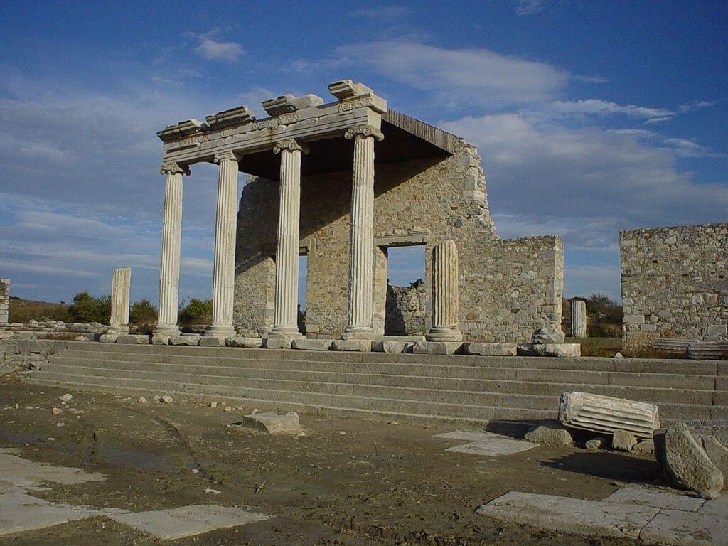 Miletos'ta Kutsal Yol'da bir İonik stoa