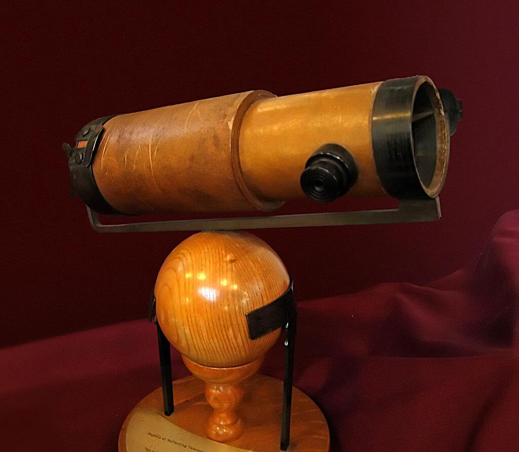 1672'de Royal Society'ye sunulan Newton'un ikinci yansıtıcı teleskopunun bir kopyası.