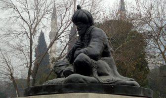 Merkez Efendi'nin Manisa Hafsa Sultan Camii önündeki heykeli
